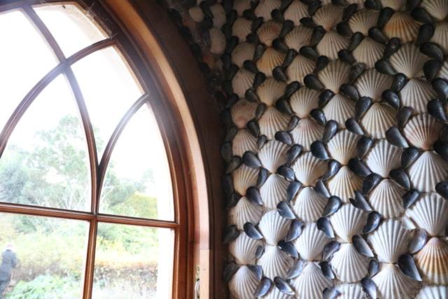 貝殻に覆われた庭園の小屋